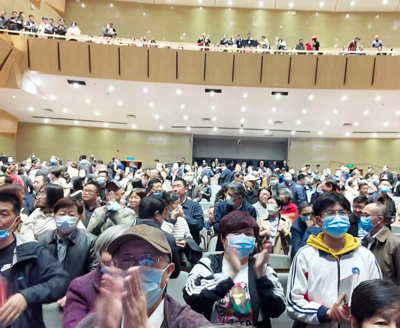 演出结束后,党员们热烈鼓掌。